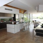 łączenie kuchni z salonem - wady i zalety