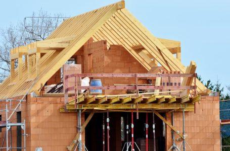 Jaki strop wybrać przy budowie domu – plusy i minusy