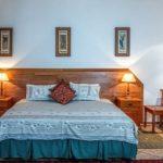 Drewniane łóżko - czy warto wybrać je do sypialni?
