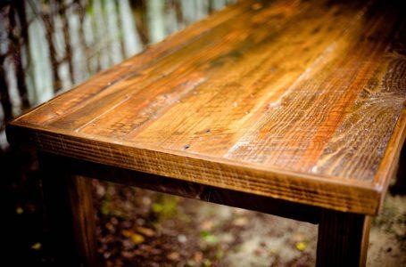 Dlaczego warto stosować specjalistyczne farby do drewna?